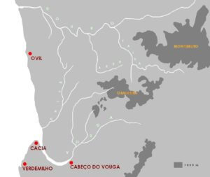 Figura 1. Localização de alguns castros litorais na hipotética linha costeira, no primeiro milénio a.C., de acordo com SILVA (1999: 18)