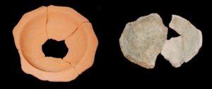 Figura 3. Duas peças de cerâmica encontradas no sítio arqueológico da Marinha Baixa por Alexandre Sarrazola. Foto: Gustavo Ramos